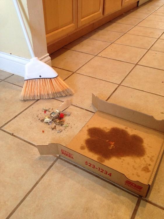 recogedor hecho con la caja de una pizza