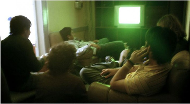 amigos viendo la televisión