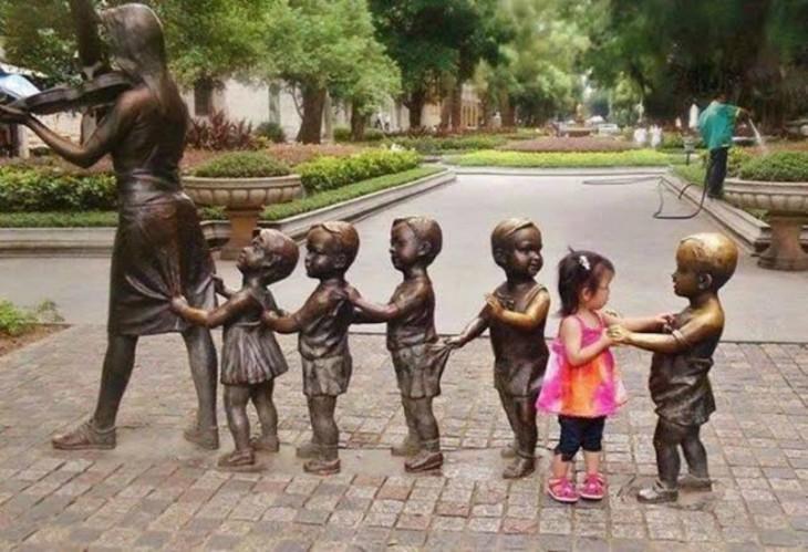 niña incluyendose al juego de las estatuas