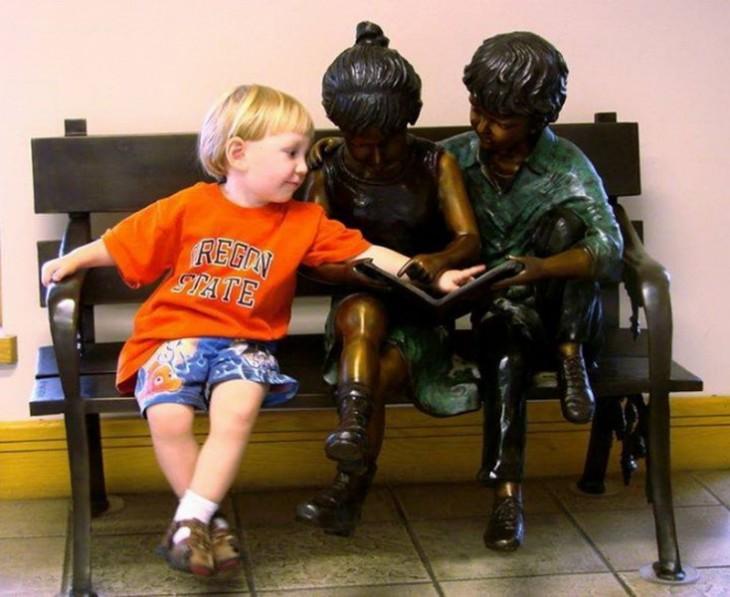 niño platicando con unas estatuas