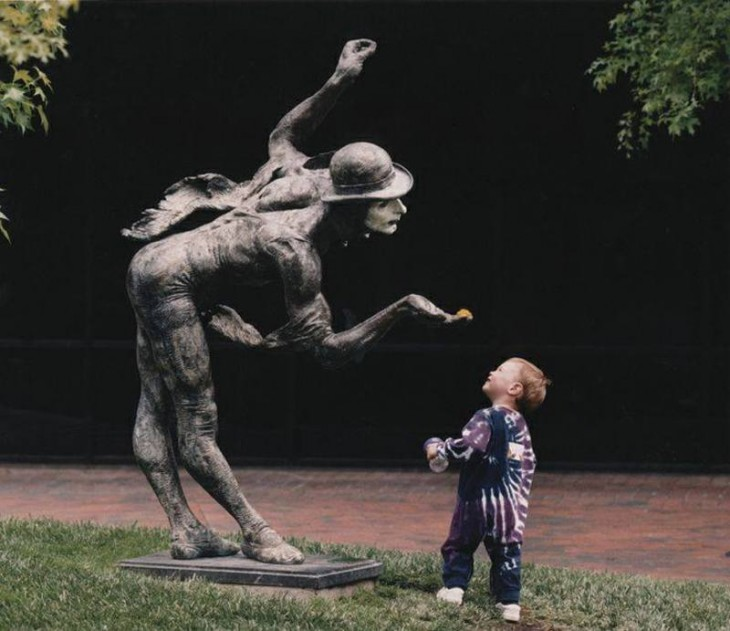niño viendo a la estatua soplar con maagia