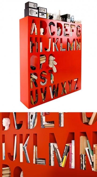 un librero con el abecedario