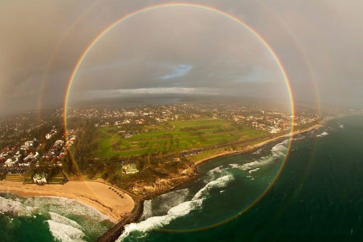 un arcoirirs de 360 grados visto desde un avión