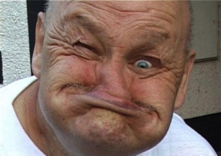 Anciano con cara de no saber nada. Su cara es muy graciosa