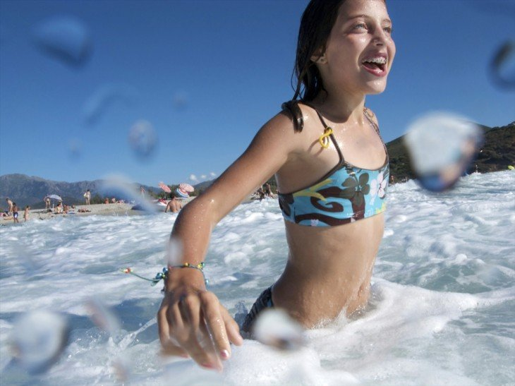 Sí se puede nadar después de haber comido, sólo se sentirá un pequeño malestar de pesadez pero pasará en 20 minutos
