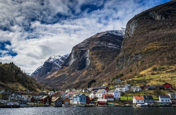 Villa enclavada en los fiordos, Noruega