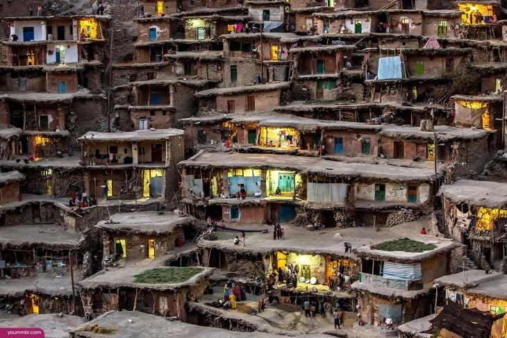 Pueblo enclavado en la ladera de una montaña en Irán