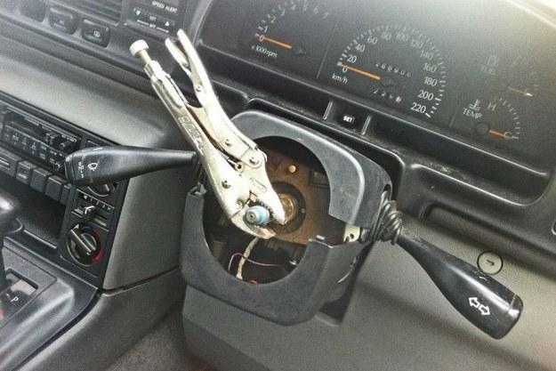 pinzas que son utilizadas como volantes para manejar un coche