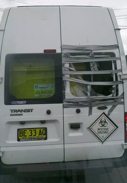 camioneta que trasnporta quimicos de alta peligrosidad lleva las ventanas rotas