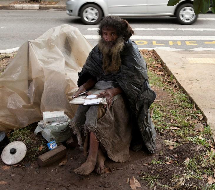 Raimundo escribiendo y volteando hacia la camara