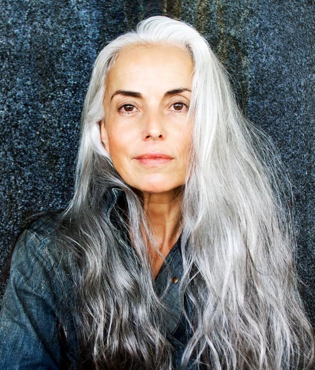 Cara de la famosa modelo francesa de 59 años sin maquillaje