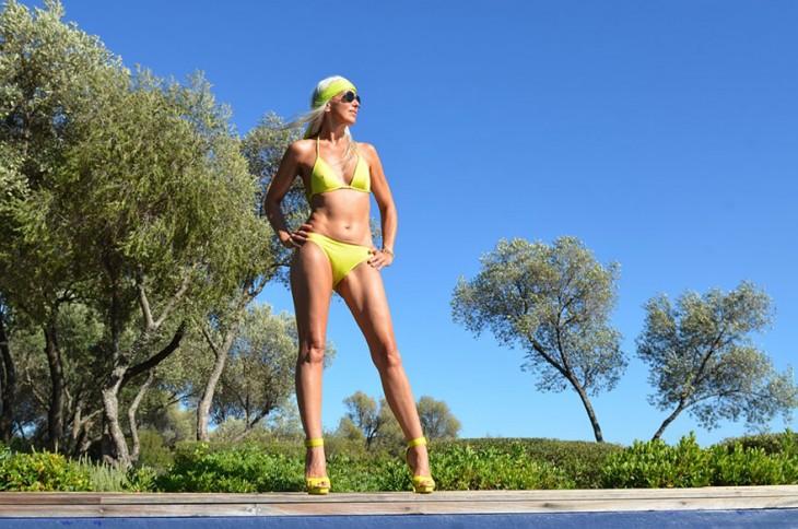 Modelo francesa de 59 años posando en traje de baño y lentes de sol