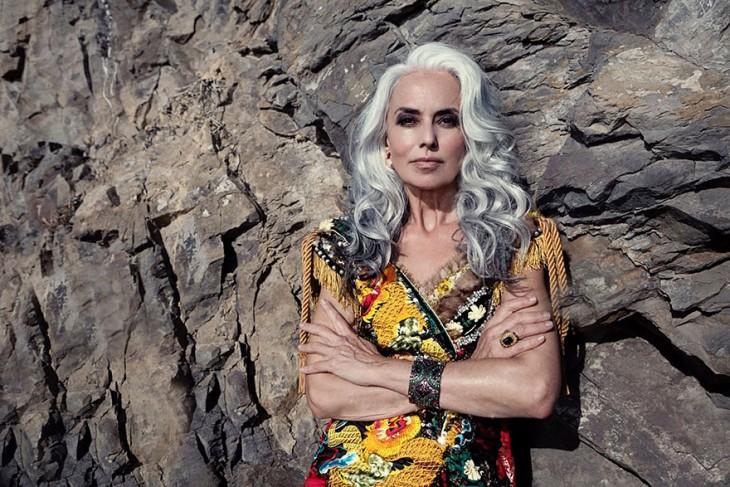 modelo francesa de 59 años durante una sesión de fotos recargada en una piedra