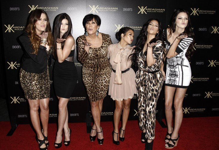 Fotografía de la familia Kardashian mandando un beso