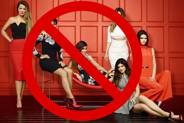 Fotografía de la familia Kardashian con un signo bloqueándolas