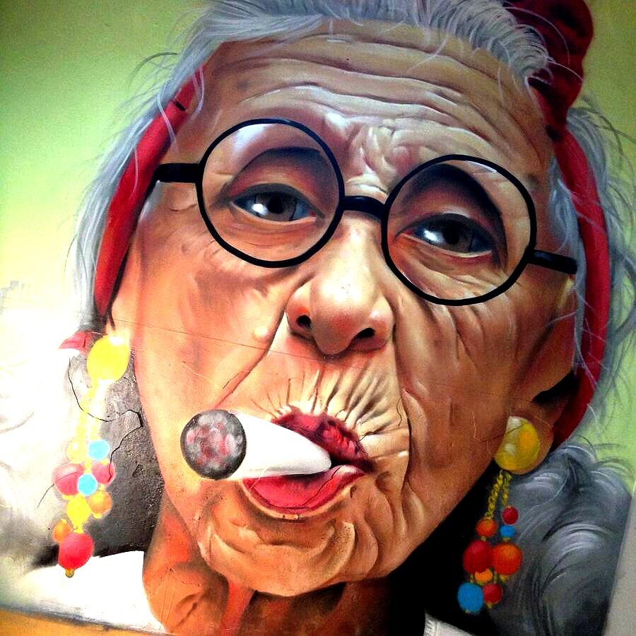 arte urbano en una de las paredes de España del rostro de una mujer fumando