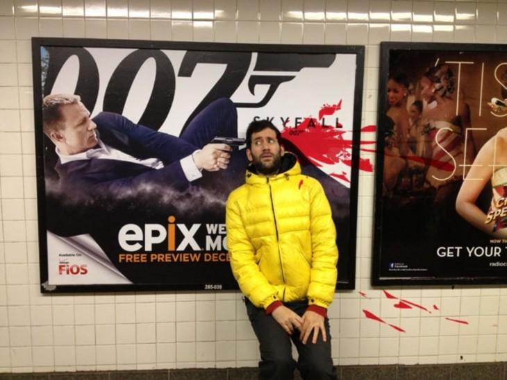 Jon Burgerman en una fotografía frente al cartel del agente 007