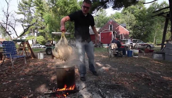 Chico cocinando una gallina