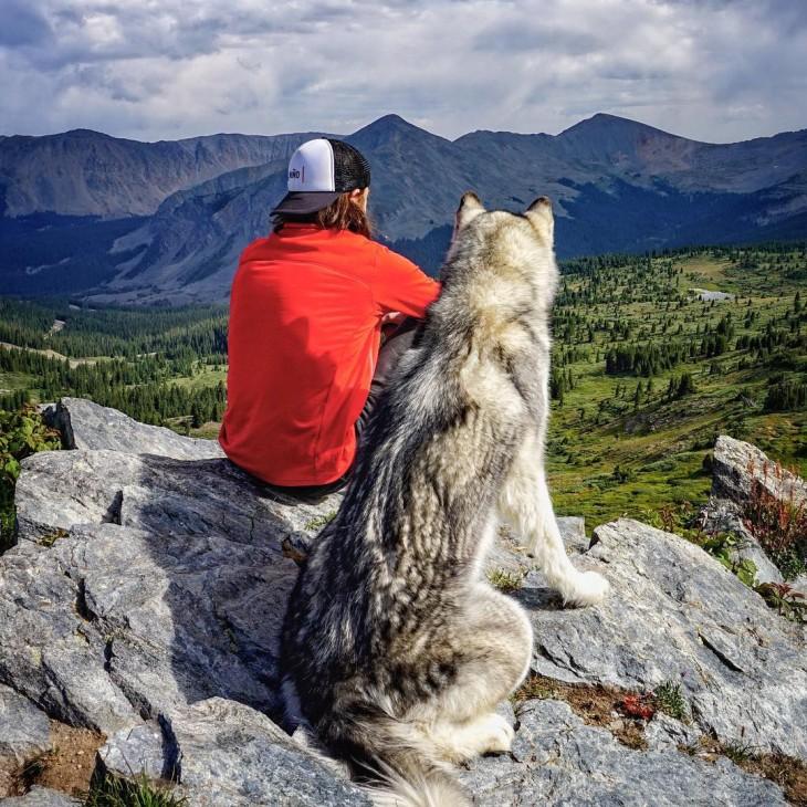 Kelly y su perrolobo loki viajan juntos a casi todos lados