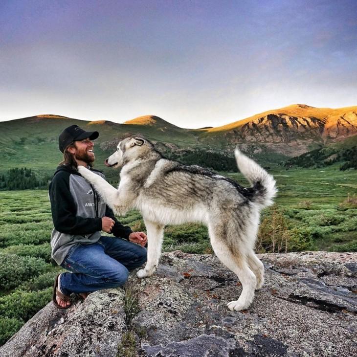 Perro lobo poniendo su pata en el pecho de su dueño Kelly