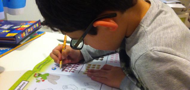Niño realizando ejercicios en su cuaderno