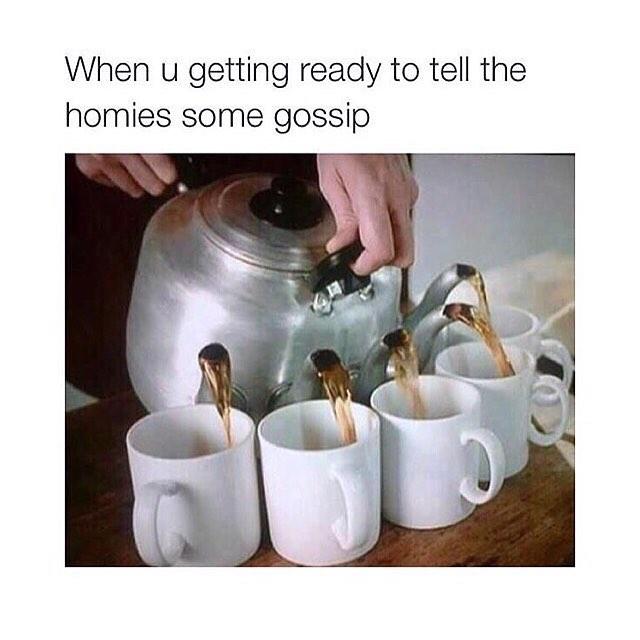 imagen de una tetera sirviendo café a cinco tazas al mismo tiempo