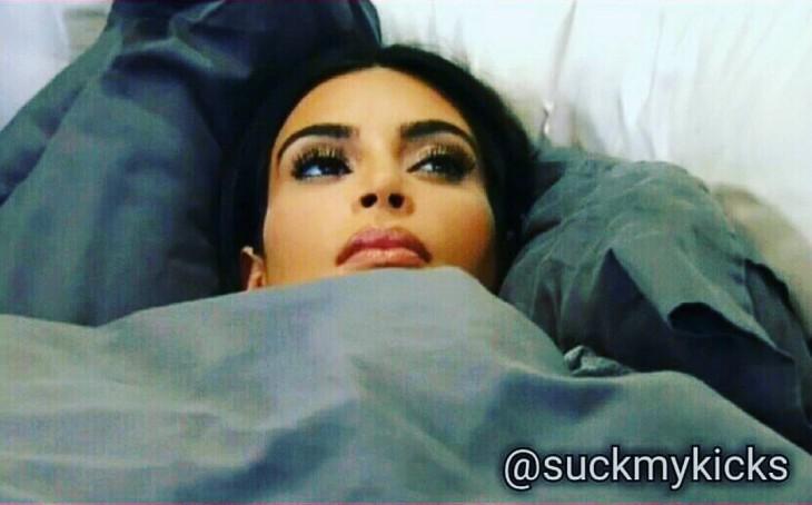 Cara de Kardashian acostada cobijada hasta la cabeza