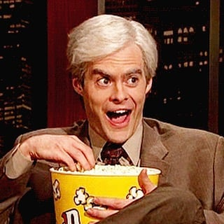 cara de una persona sorprendida y con una sonrisa comiendo palomitas