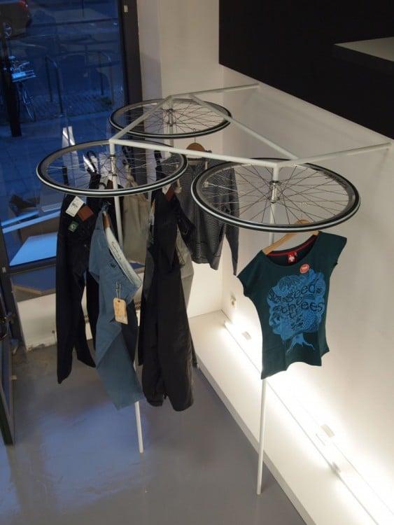 Ruedas de bicicleta utilizadas para tender ropa
