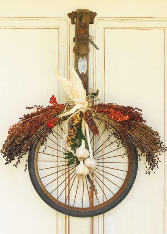 Adorno de navidad para la puerta hecha con llantas de bicicleta