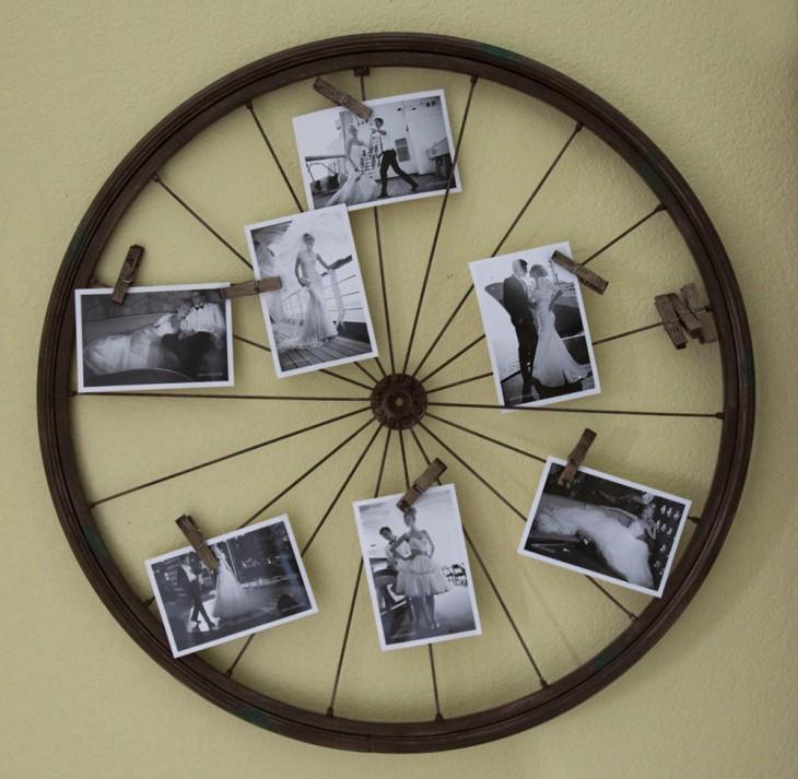 Rueda de bicicleta con algunas fotografías sostenidas con ganchos