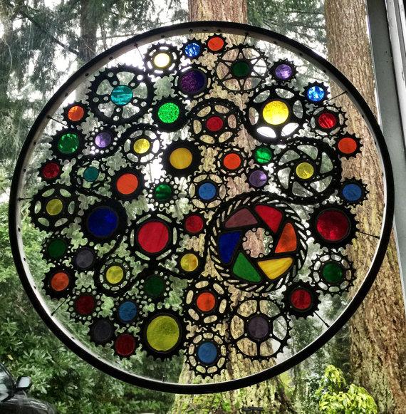 Rueda de bicicleta con algunos vidrios de colores