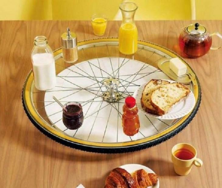 Rueda de bicicleta como un plato giratorio en el centro de la mesa