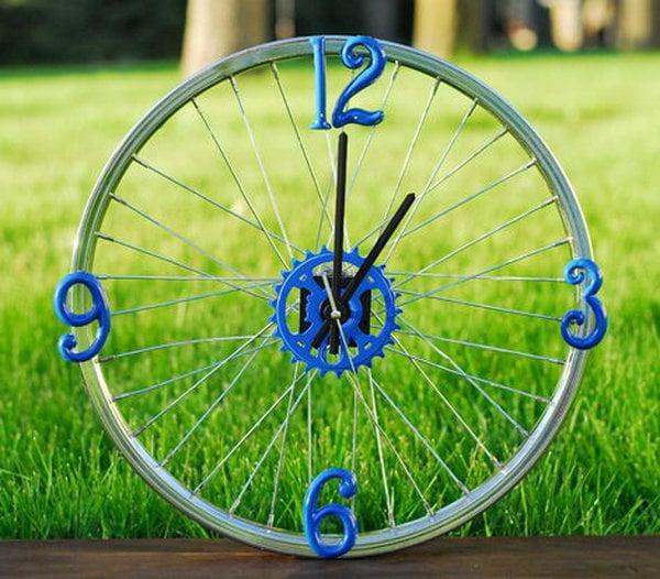 Reloj hecho con una rueda de bicicleta