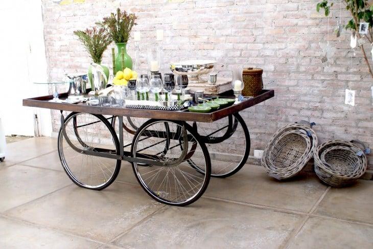 Carretilla como minibar hecho con ruedas de bicicleta