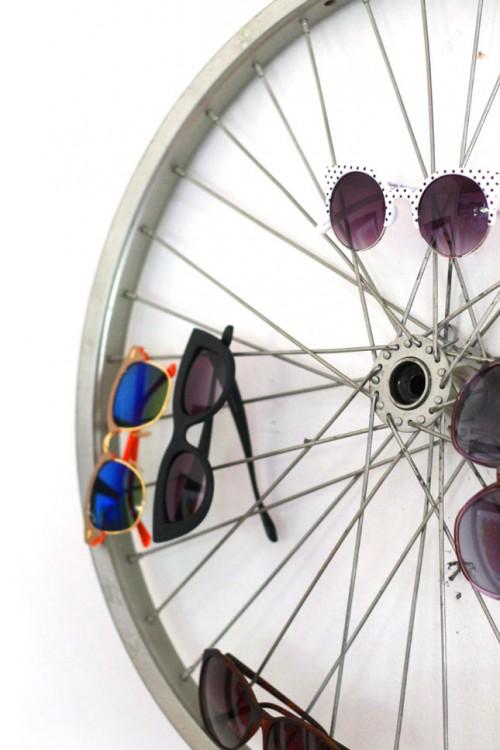 Rueda de bicicleta con algunos lentes sobre ella