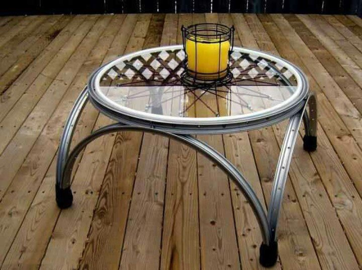 Mesa de centro hecha con las ruedas de una bicicleta
