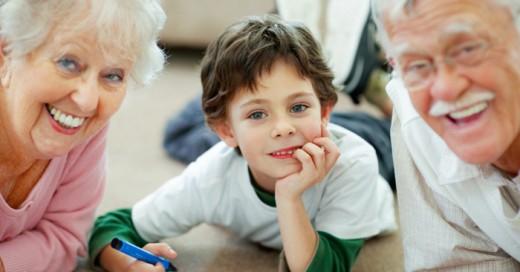 Antiguamente se creia que los abuelos ayudaban a sus hijos con el cuidado de sus nietos, pero hoy la ciencia demuestra que los que ayudan (en su salud) son los niños a sus abuelos a ser un poco más sanos