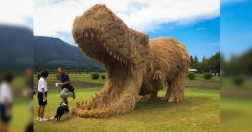 Después del mini furor por la nueva aventura de Jusarick Park, los japoneses buscaron una manera divertida de replicar dinosaurios y a su vez reciclan la paja