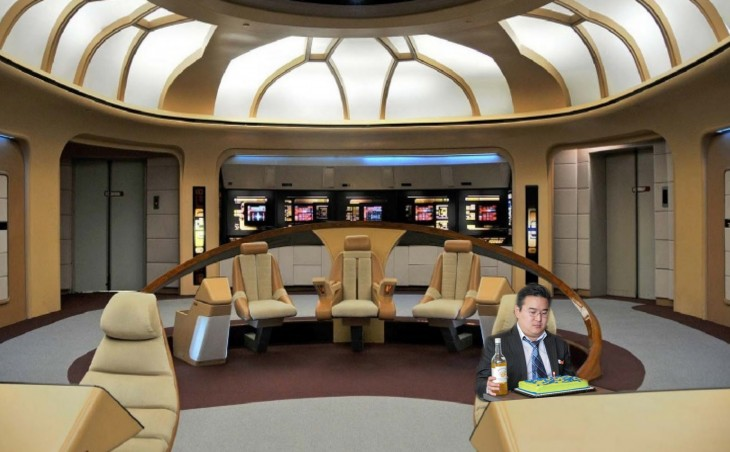 photoshop de un chico con su pastel al interior de la nave star trek