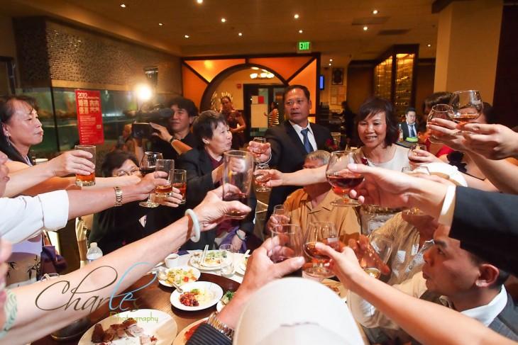 Personas brindando con copas alrededor de una mesa en un restaurante