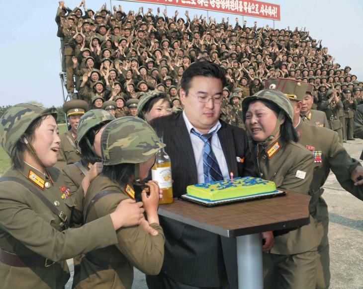 Photoshop de las primeras mujeres pilotos de Corea del Norte con un chico frente a un pastel