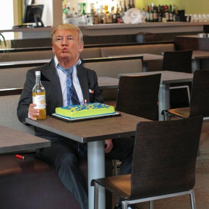 Photoshop de una foto de un chico frente a un pastel con la cara de Donald Trump