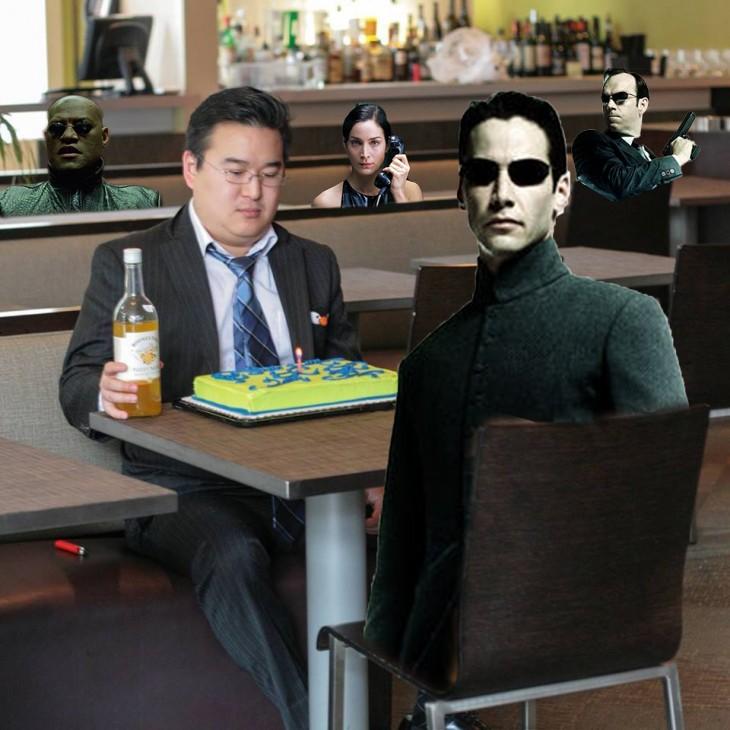 Photoshop de un chico frente a un pastel rodeado de algunos personas de Matrix