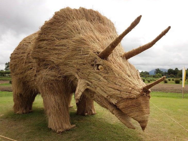 mastodonte hecho de paja en japon