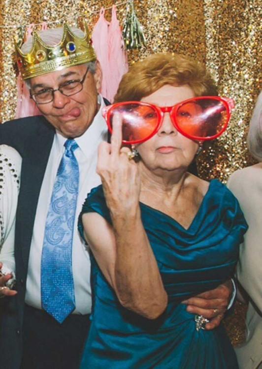 Fotografía de dos ancianos en la boda de sus nietos