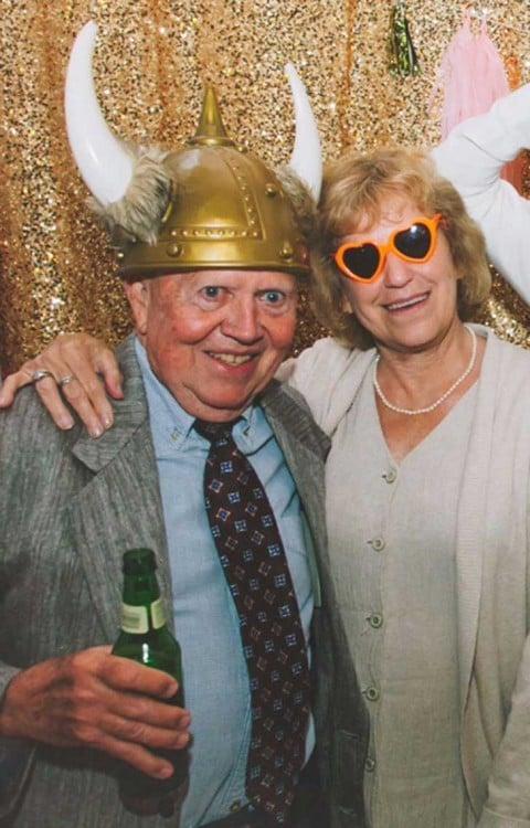 Fotografía de dos ancianos abrazados en una boda