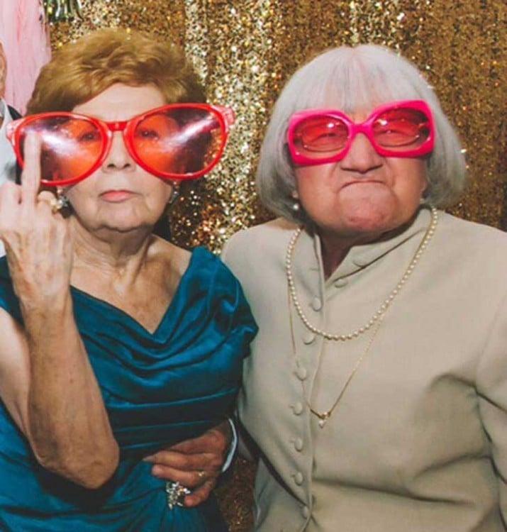 Fotografía de dos ancianas con lentes en una boda