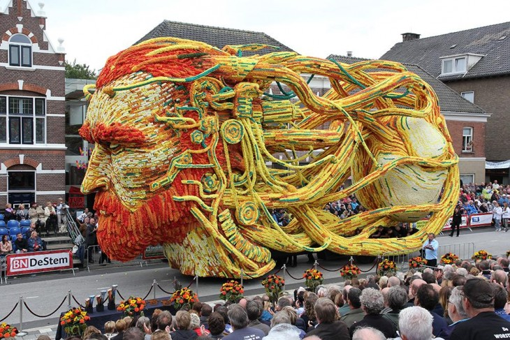 Carros alegóricos adornados con flores de Dahlia en Holanda