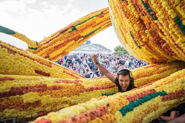 chico en medio de una carroza adornada con Dahlias en Holanda